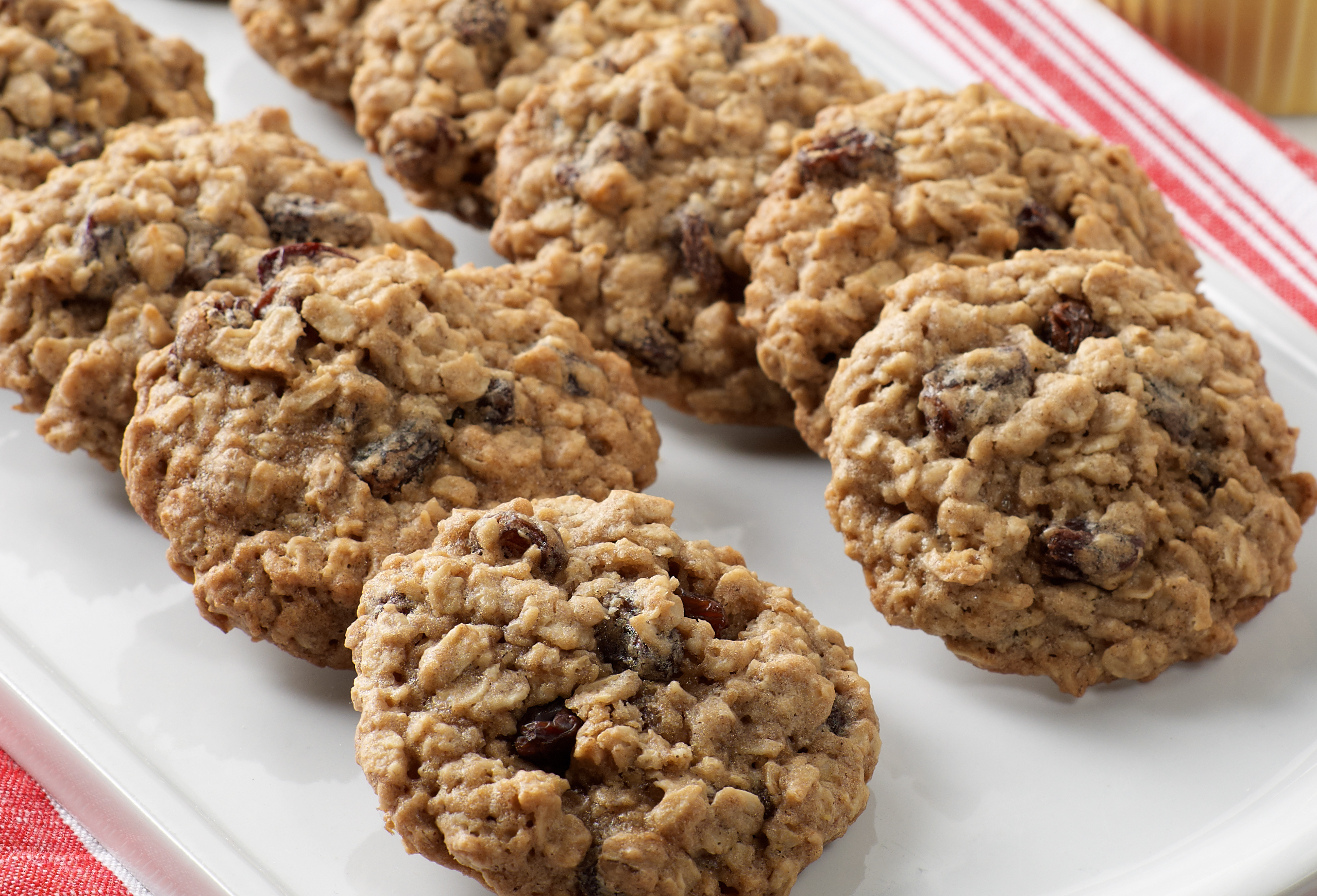 A plate of oatmeal raisin cookies